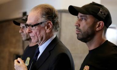 Carlos Arthur Nuzman é escoltado por policiais federais, ao ser preso, no Rio de Janeiro Foto: Bruno Kelly/Reuters/05-10-2017
