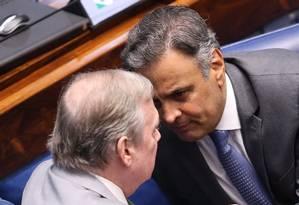 O senador Aécio Neves (PSDB-MG) conversa com o presidente do partido Tasso Jereissati (CE) Foto: Ailton de Freitas / Agência O Globo 18/10/2017