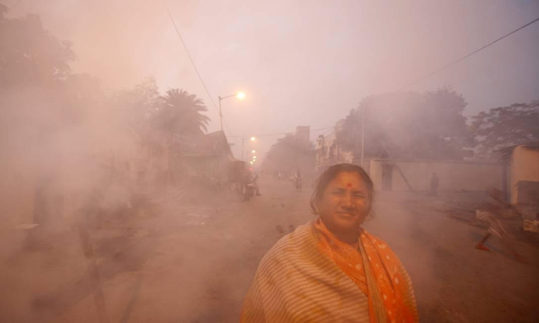 Mulher envolta em fumaça de fornos a carvão em bairro de Calcutá, Índia: pobres são maiores vítimas Foto: / REUTERS/Parth Sanyal