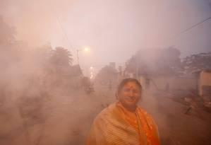 Mulher envolta em fumaça de fornos a carvão em bairro de Calcutá, Índia: pobres são maiores vítimas Foto: REUTERS/Parth Sanyal