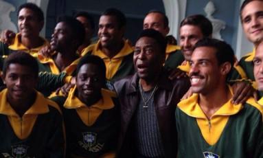 Encontro histórico. Pelé abraça Kevin de Paula (à sua esquerda), que o interpreta no filme, em foto com o elenco de 'O Nascimento de uma lenda' Foto: Terceiro / reprodução
