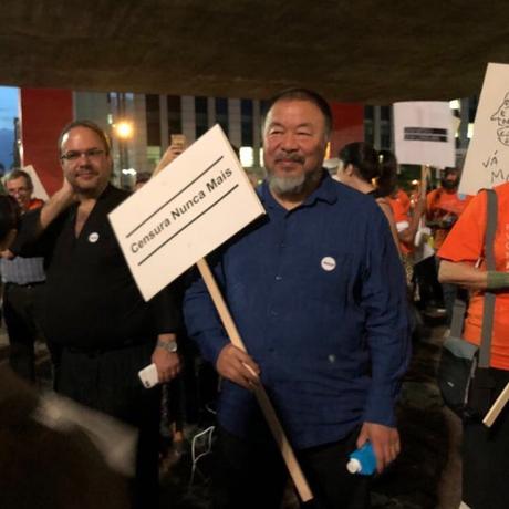 Ai Weiwei e manifestantes no Vão Livre do Masp Foto: Instagram / Ai Weiwei