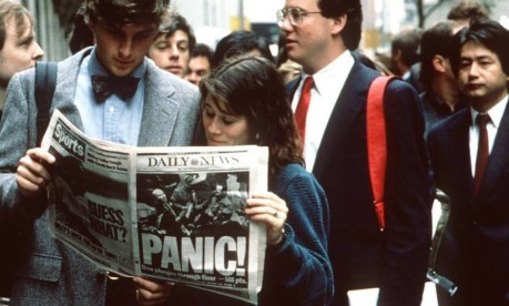 """""""Segunda-feira Negra"""". Pessoas acompanham pelos jornais as notícias do crash da Bolsa de Valores de Nova York em 1987: pânico Foto: Reprodução"""