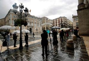 Jornalistas aguardam no lado de fora da sede do governo catalão em Barcelona Foto: PAU BARRENA/AFP
