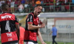 Réver vibra com um de seus dois gols Foto: Marcio Alves