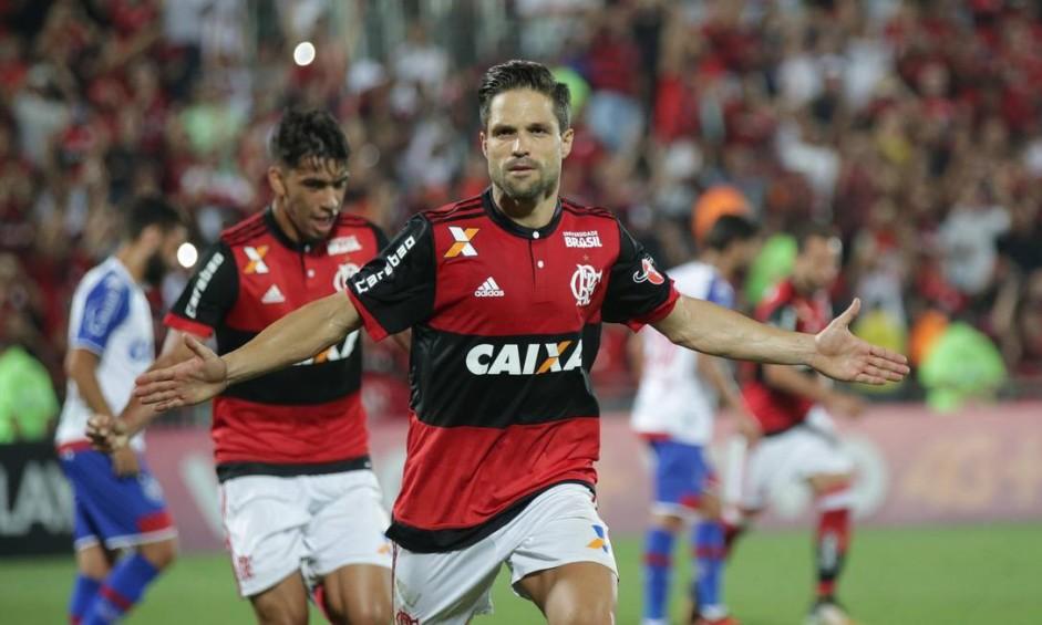 À frente de Paquetá, Diego festeja um de seus gols Foto: Marcio Alves / Agência O Globo