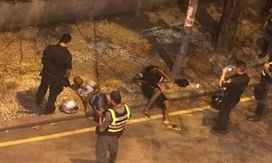 Homens foram baleados pela PM e encaminhado ao hospital Foto: Reprodução/Onde Tem Tiroteio (OTT)