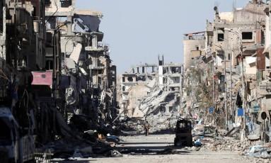 Homem caminha por entre a destruição em Raqqa, na Síria Foto: ERIK DE CASTRO / REUTERS