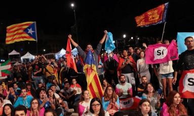 Reação das pessoas reunidas na Plaza Catalunya depois do referendo de independência, em Barcelona, no último 1º de outubro Foto: SUSANA VERA / REUTERS