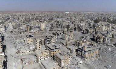 Imagem de drone mostra, do alto, a destruição completa deixada pela guerra em Raqqa, cidade que serviu como capital do Estado Islâmico na Síria Foto: Gabriel Chaim / AP