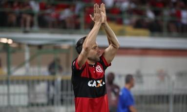 Diego agredece à torcida ao ser aplaudido em substituição Foto: Gilvan de Souza/Flamengo