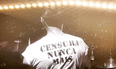 """O baterista do U2 Larry Mullen Jr. vestiu uma camisa estampada com """"Censura nunca mais"""" durante a primeira apresentação do grupo em São Paulo Foto: Instagram / Reprodução"""