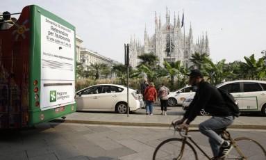 Outdoor anuncia referendo por mais autonomia para Lombardia e Vêneto perto da catedral de Milão, no coração da cidade italiana Foto: Luca Bruno / AP