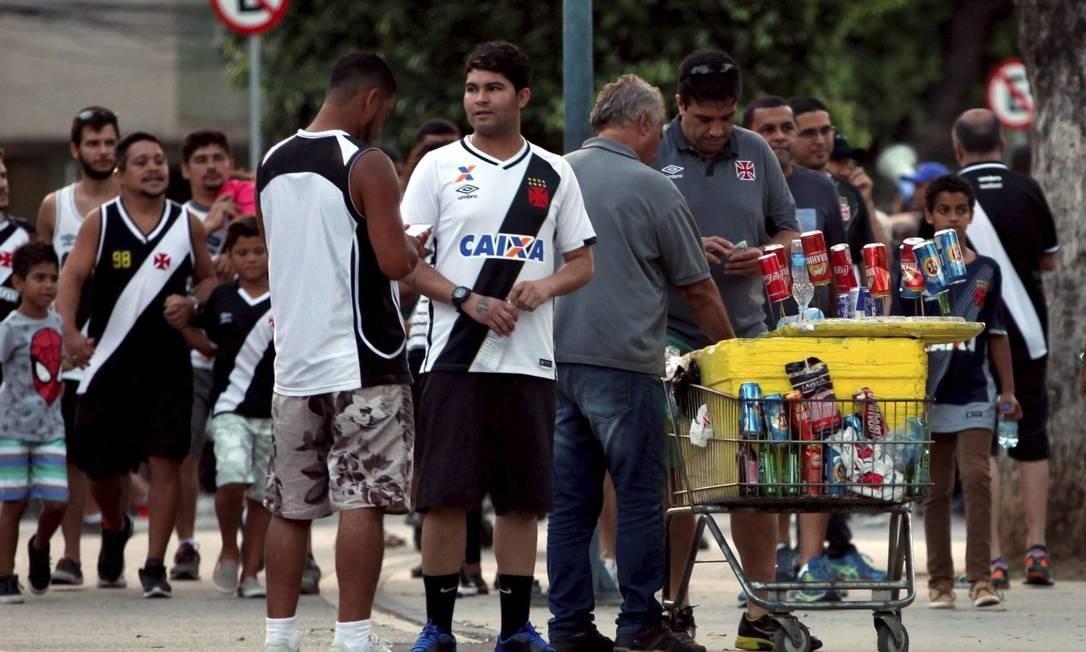 À vontade. Ambulante vende cerveja em dia de jogo sem ser coibido Foto: Lucas Tavares
