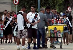 À vontade. Ambulante vende cerveja em dia de jogo sem ser coibido Foto: Lucas Tavares / Lucas Tavares