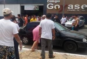 A movimentação em frente ao Colégio Goyases Foto: Reprodução do Facebook