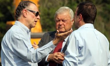 Carlos Arthur Nuzman, à esquerda, e Ricardo Teixeira, ao centro, nas obras do túnel da Grota Funda, em 2010: ex-dirigentes têm pontos em comum Foto: Márcia Foletto / Agência O Globo