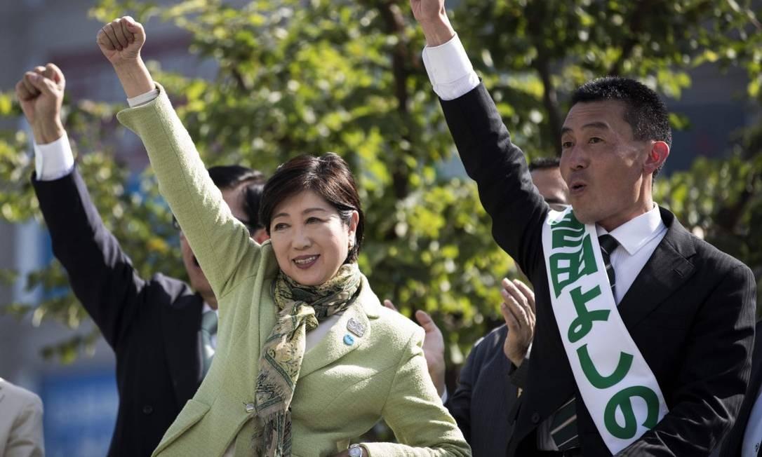 Em evento de campanha, governadora de Tóquio, Yuriko Koike, aparece ao lado do candidato do seu partido, Yoshinori Yoshida, em Saitama Foto: BEHROUZ MEHRI / AFP