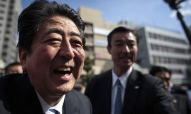 Primeiro-ministro japonês, Shinzo Abe,cumprimenta seus apoiadores em evento de campanha Foto: BEHROUZ MEHRI / AFP