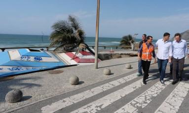 Marcelo Crivella do Rio de Janeiro presenciou a erosão na Praia da Macumba, no Recreio dos Bandeirantes Foto: Fabiano Rocha / Agência O Globo