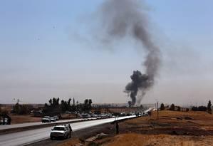 Forças de segurança usam bombas em um ponto de controle em Altun Kupri, no Iraque Foto: Khalid Mohammed / AP