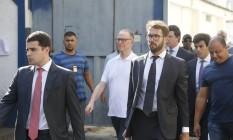 Carlos Arthur Nuzman, de camisa branca, deixa a cadeia de Benfica, na Zona Norte do Rio Foto: Antonio Scorza / Agência O Globo