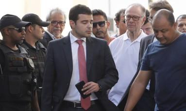 Nuzman deixou a cadeia pelo portão principal, caminhando, acompanhado por seus advogados Foto: Antônio Scorza / Agência O Globo