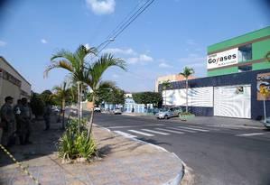 Área em torno do colégio Goyases, em Goiânia, foi isolada após aluno atirar e matar duas pessoas Foto: Jorge William / Agência O Globo