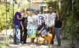 Ação. Ribeiro (à frente), Jéssica (à direita) e Moura (de chapéu) com artistas Foto: Bárbara Lopes / Fotos Barbara Lopes