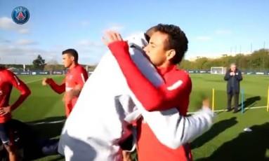 Kobe abraça Neymar Foto: Reprodução