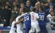 Torcedores do Everton e jogadores do clube inglês e do Lyon se envolveram em confusão Foto: Dave Thompson / AP