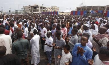 Milhares de somalis se reúnem para orar no local do ataque mais mortal da História do país em Mogadíscio Foto: Farah Abdi Warsameh / AP
