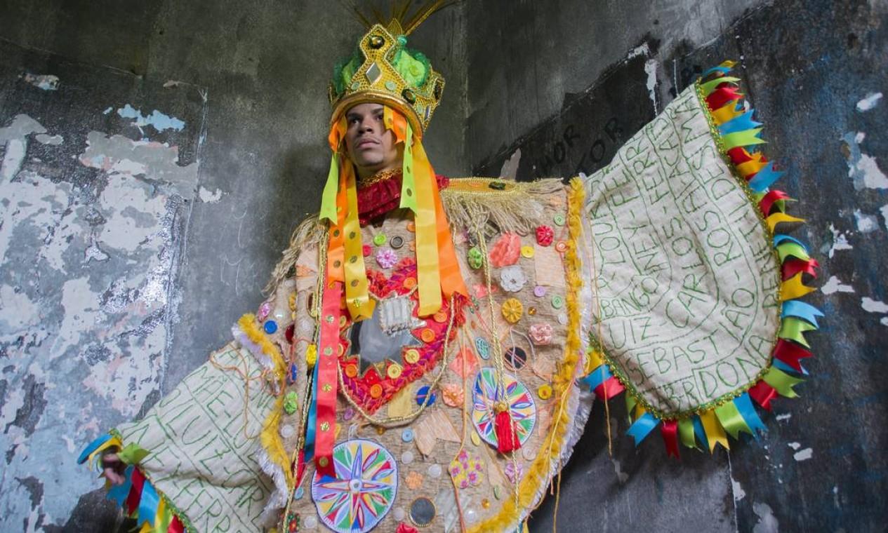 """Rei dos reis: um dos figurinos representa o próprio Bispo do Rosário, que se autoentitulava o """"rei dos reis"""" Foto: Talita Teixeira / Divulgação Acadêmicos do Cubango"""