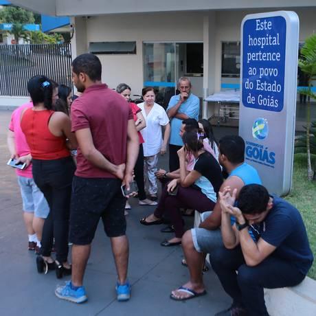 Parentes das vítimas de ataque a escola aguardam notícias na entrada do hospital Hugo, em Goiânia Foto: Jorge William / Jorge William/Agência O Globo
