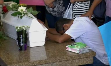 Familiares das meninas mortas na Zona Leste de São Paulo durante velório Foto: Reprodução/TV Globo