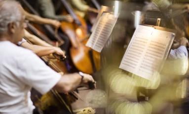 A OSB ensaia para o Concerto da Retomada, apresentação em benefício do próprio conjunto, amanhã, na Sala Cecilia Meireles; músicos festejam a volta ao palco, após dez meses parados, em que tiveram que se virar para sobreviver Foto: Fernando Lemos