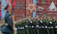 Soldados russos desfilam no Dia da Vitória sobre a Alemanha nazista, na Praça Vermelha, em Moscou, com o antigo aímbolo comunista ao fundo: poder da URSS ainda é modelo duas décadas e meia após seu fim Foto: YURI KOCHETKOV/9-5-2017 / AFP