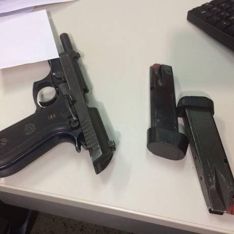 Pistola .40 de propriedade da Polícia Militar Foto: Vinicius Sassine