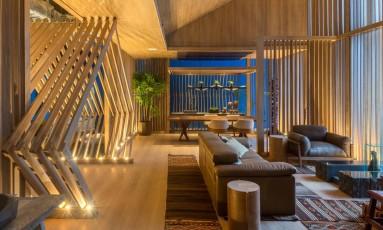 Ilha Alta. A madeira usada no Loft de Mario Santos cria sensação de aconchego no 21º andar do Aqwa Corporate Foto: Divulgação