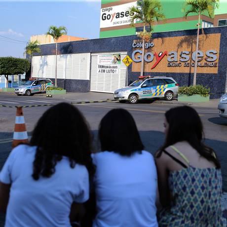 Estudantes observam o colégio Goyases,em Goiânia, após o ataque que deixou dois mortos Foto: Jorge William / Agência O Globo
