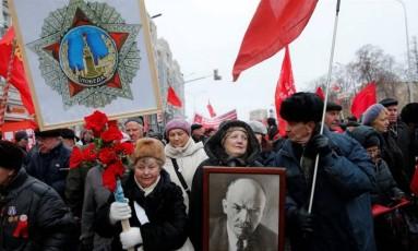 Apoiadores do comunismo russo carregam retrato de Lenin em marcha relembrando os cem anos da revolução Foto: Maxim Zmeyev/Reuters