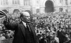 Vladimir Lenin saúda compatriotas após voltar do exílio na Suíça a Petrogrado, pouco após a revolução russa Foto: Reprodução