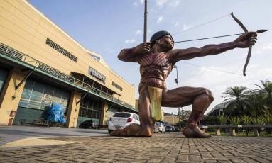 Vistoria de técnicos do Ministério do Trabalho interditou barracões de escolas de samba Foto: Guito Moreto / Agência O Globo