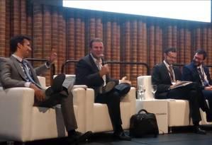 Pelo mundo. Paes (com o microfone) em palestra na Colômbia: ele evita falar em 2018 e experimenta atividades fora da esfera política Foto: Reprodução do Twitter
