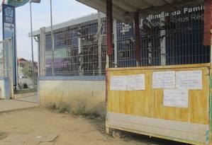 Protesto. Cartazes colados no muro de uma clínica da família em Santa Cruz Foto: Alexandre Cassiano / Agência O Globo