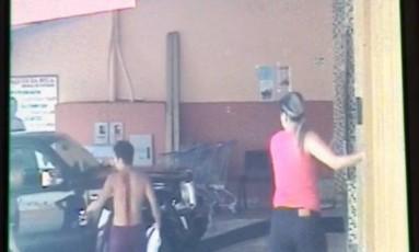Imagens da câmera de segurança mostram aluno ferido nas costas Foto: Reprodução