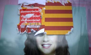 Adesivos foram colados em bandeiras da Catalunha e da Espanha durante um dia de protestos na região Foto: IVAN ALVARADO / REUTERS/20.10.2017