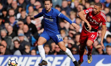 Richarlison disputa bola com o belga Hazard Foto: EDDIE KEOGH / REUTERS