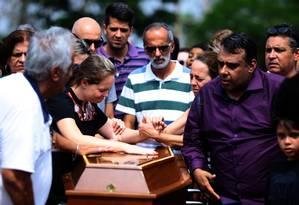 Enterro do aluno João Pedro Calembo, no cemitério Parque Memorial de Goiânia Foto: Jorge William / Agência O Globo