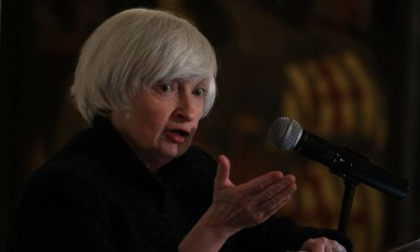 A presidente do Federal Reserve Chair, Janet Yellen, discursa durante o jantar anual do Clube Nacional de Economistas, na embaixada britânica Foto: ALEX WONG / AFP